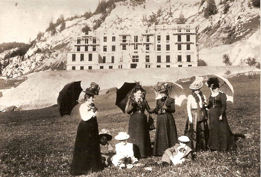 """Le signore della borghesia di Le Pont, vengono a """"controllare"""" l'avanzamento dei lavori del Grande Hotel del lago"""