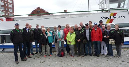 Die Radfahrergruppe mit 22 TeilnehmerInnen unmittelbar nach der Ankunft und vor der Shopping-Tour durch Emden