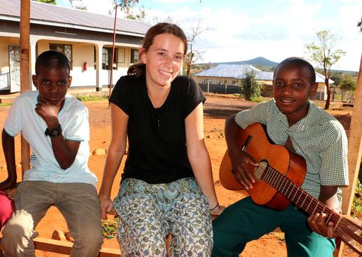 Volontärin Charlotte Oelschlegel beim Musikunterricht