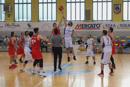 La palla a due della sfida tra la Leo Acaja e l'Olimpo Alba. Guido Fissolo, ph.