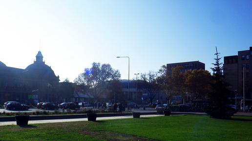 Das Lili neben dem Hauptbahnhof Wiesbaden – Blick aus dem Park im Herbst 2019