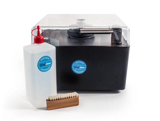 Plattenwaschmaschine Okki Nokki One mit Reinigungsflüssigkeit von Vinylclean in Spenderflasche und Plattenbürste