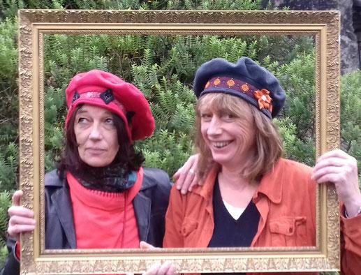 photo-clientes-dans-cadre-verdure-portant-berets-polaires-rouge-gris-