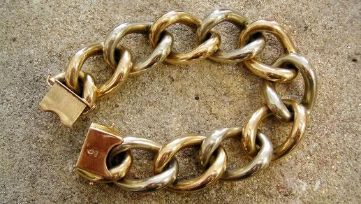 Auch ein Armband von Oma kann für die Trauringe genutzt werden