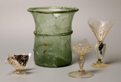 Gobelets et verres à pied Château de Bressieux XIIIe siècle