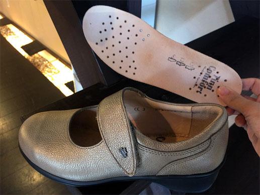 フィンコンフォートの靴(手前)にはもともとコルクインソール(奥)が付属してあります