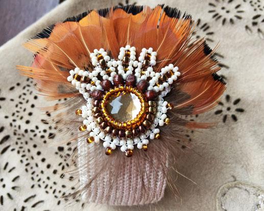 Irina - Armreif aus Seidenstrick mit Fasanenfedern