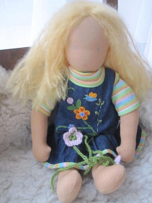 Mit offenem Haar (goldblondes Mohair-Schurwollgarn) in ihrem alten Kleiderset
