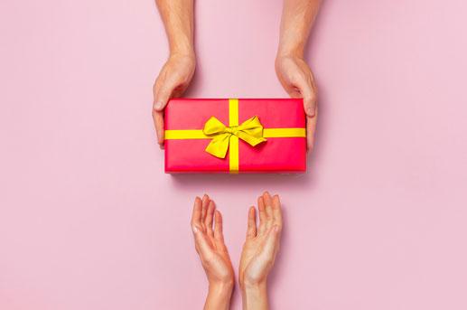 Verschenken Sie Freude mit einem Geschenkgutschein von Vitaface Kosmetikstudio. Wir sind spezialisiert auf apparative Anti- Aging Kosmetikbehandlungen hier in Hamburg Niendorf Schnelsen. Wir bieten Microneedling, Meso Care Therapy, Microdermabrasion in HH