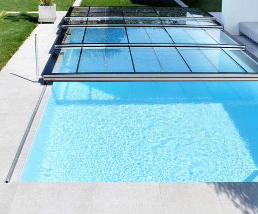 Schützen Sie ihren Pool mit der stylischen und ultraflachen Aura E2G Schwimmbadabdeckung. Offen und geschlossen ein Hingucker.