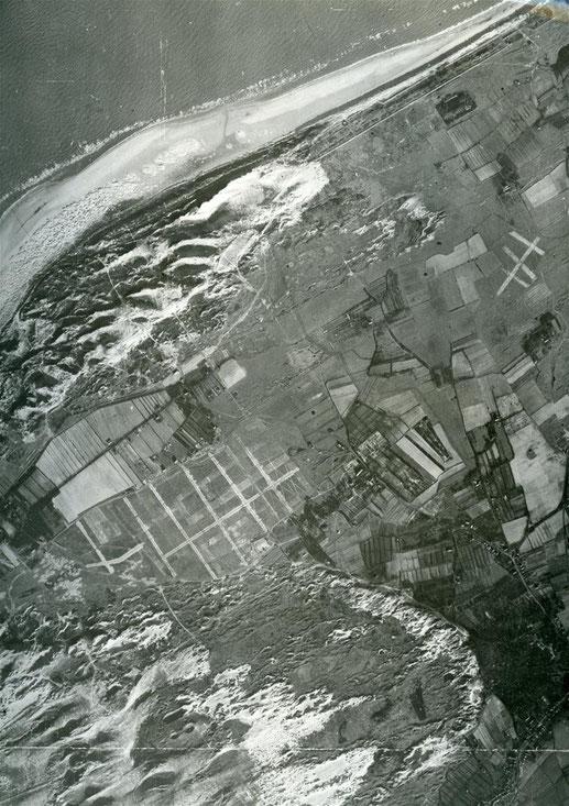Een opname van de Kop van Schouwen uit januari 1944. Duidelijk is het onbruikbaar gemaakte vliegveld te zien. Ook het tussen Haamstede en Renesse gesitueerde schijnvliegveld (rechtsboven) is onklaar gemaakt. ©NIMH