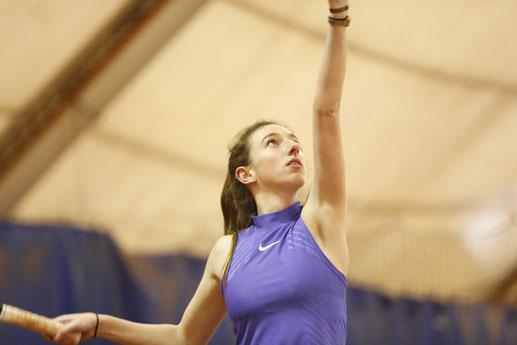 Jeune femme service tennis
