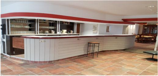Grand bar salon de 72 m², son plafond suspendu, ses corniches éclairées