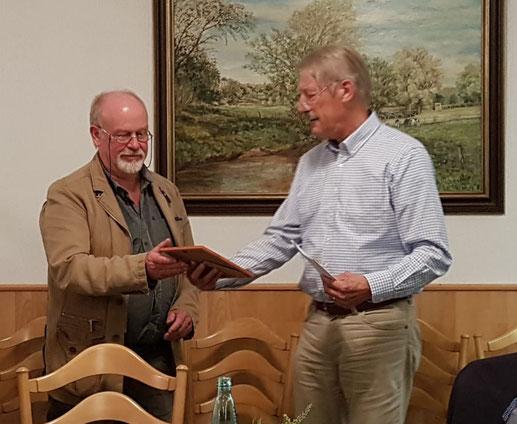 Hartmut Röling erhält die Ehrennadel in Silber und eine Urkunde für sein Engagement aus der Hand von Horst-Axel Ahrens.