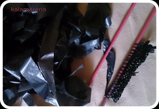 vestido tricotado a mano con bolsas de basura