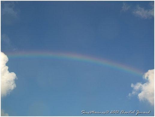 arc en ciel, entre deux nuages
