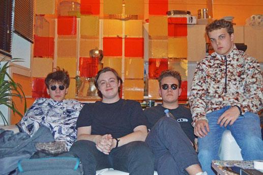 Bird's View vor ihrem Auftritt in Babenhausen. Von links: Niko (Gesang/Gitarre), Alex (Gitarre), Max (Bass) und Jan (Drums)