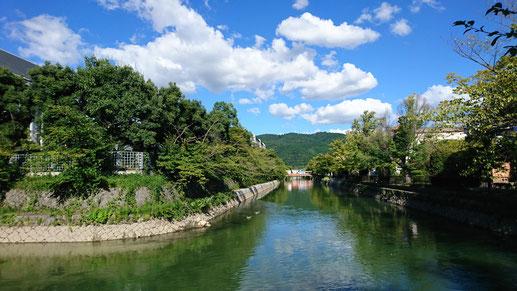 平安神宮と岡崎公園の周りを流れる琵琶湖疎水。水が穏やかに流れている風景が好きです。