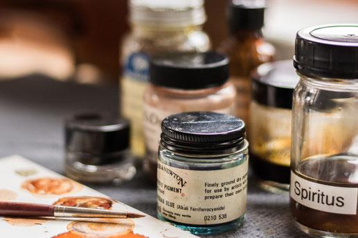 Bild: Pigmente und Utensilien für die Lackretusche
