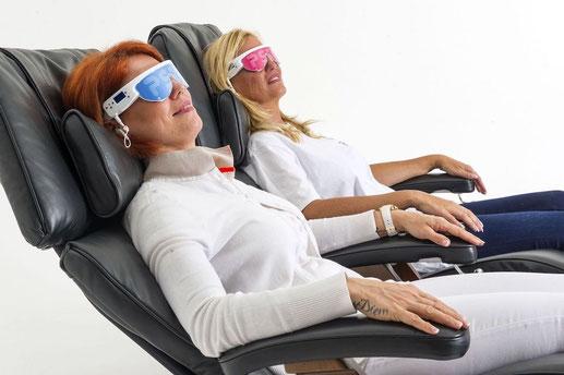 2 femmes sur fauteuils Psio avec lunettes psio