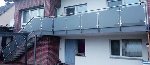 Geländer mit Glasfüllung und Flachstahlwangentreppe
