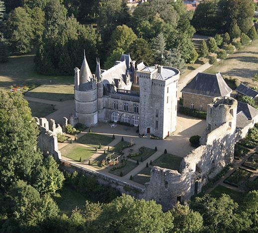 Bild: Château de la Flocellière mit Park