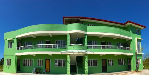 自然の中の綺麗な校舎
