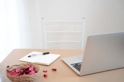 広げられたノートとボールペン。電卓。パソコンのキーボード。スマートフォン。