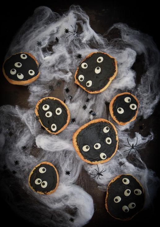 Grusel-Amerikaner, Halloween Kuchenideen, Amerikaner mit schwarzem Guss und Augen, Thermomix, vegan möglich