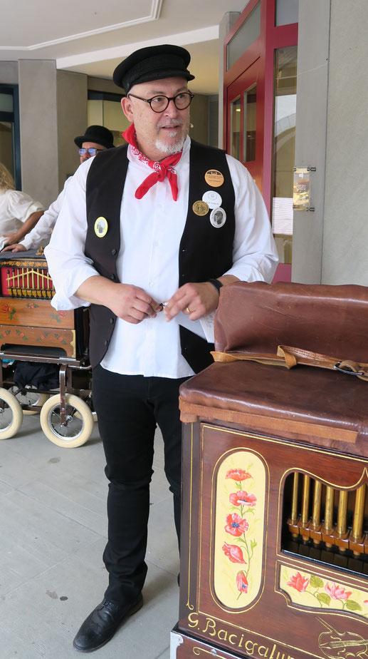 Der Organisator: Ueli Temperli bei der Vorstellung der verschiedenen Instrumenten.