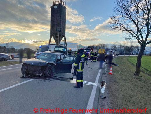 Feuerwehr; Blaulicht; BFKDO Baden; PKW; Unfall; Unterwaltersdorf;