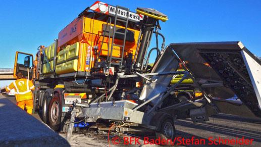 Feuerwehr; Blaulicht; BFKDO Baden; PKW; Unfall; A2; ASFINAG; Absicherungsanhänger;