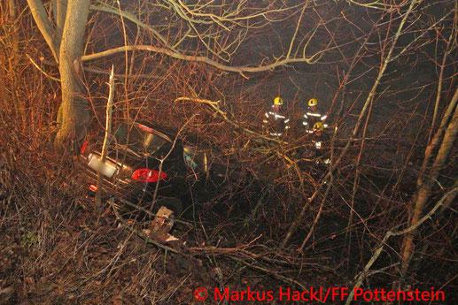 Feuerwehr; Blaulicht; BFKDO Baden; Berndorf; Pottenstein; Unfall; PKW; Bäume;