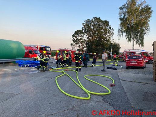 Feuerwehr; Blaulicht; BFKDO Baden; FF Traiskirchen; Brand; PKW; Unfall; Ortsgebiet;
