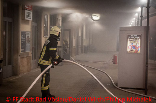Feuerwehr; Blaulicht; BFKDO Baden; FF Stadt Bad Vöslau; Brand; Warteraum; Bahnhof; Bewohner; evakuiert;