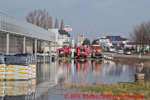 Feuerwehr; Blaulicht; BFKDO Baden; Rohrbruch; Wasser; Traiskirchen-Möllersdorf;