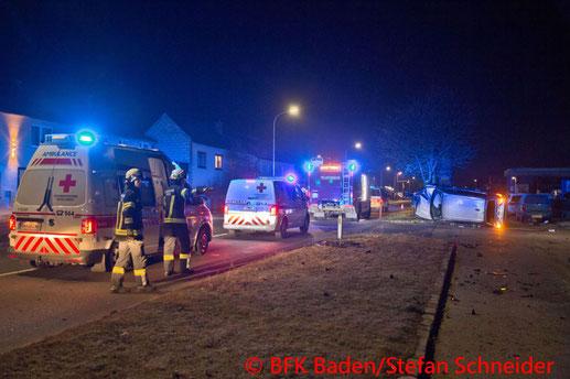 Feuerwehr; Blaulicht; BFKDO Baden; Verkehrsunfall; Sooß; PKW;