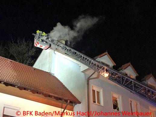 Feuerwehr; Blaulicht; BFKDO Baden; Brand; Hirtenberg; Dachgeschosswohnung;