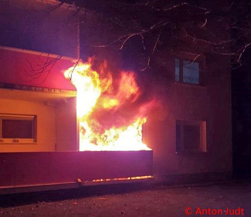 Feuerwehr; Blaulicht; BFKDO Baden; Brand; Wohnhausanlage;