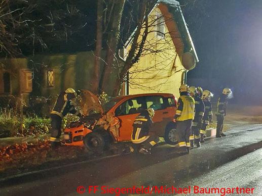 Feuerwehr; Blaulicht; BFKDO Baden; PKW; Unfall; B210; Helenental;