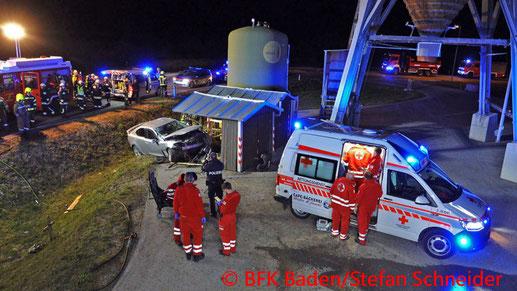 Feuerwehr; Blaulicht; BFKDO Baden; PKW; Bauhütte; Straßenmeisterei; Schönau;