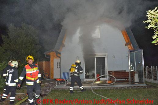 Feuerwehr, Blaulicht, BFKDO Baden, Brand, Traiskirchen, Kleingartenhaus, Rauchmelder, Nachbar