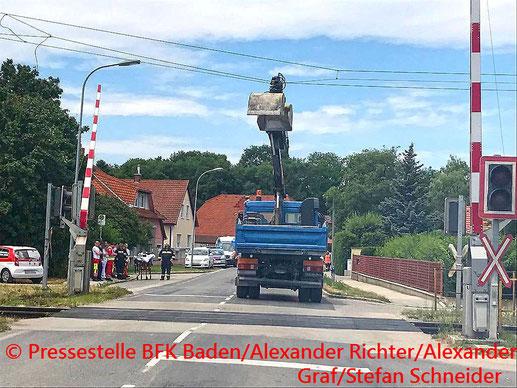 Feuerwehr, Blaulicht, BFKDO Baden, LKW, Oberleitung, Pottendorfer Linie