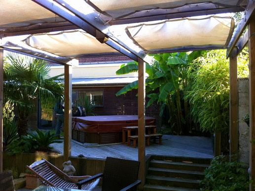 Jardin de ville,  spa, pergola, voile d'ombrage, jardin exotique