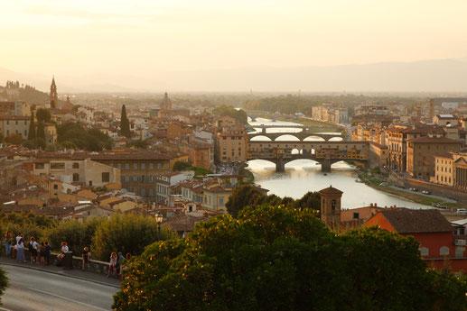 Aussicht vom Piazzale Michelangelo über Florenz mit Arno und Ponte Vecchio