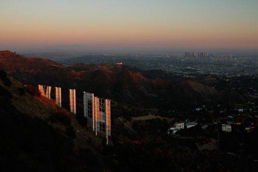 Das Hollywood Sign im Sonnenuntergang direkt neben dem Sendemast