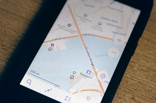 Die App maps-me auf einem Smartphone zur Offline-Routenplanung
