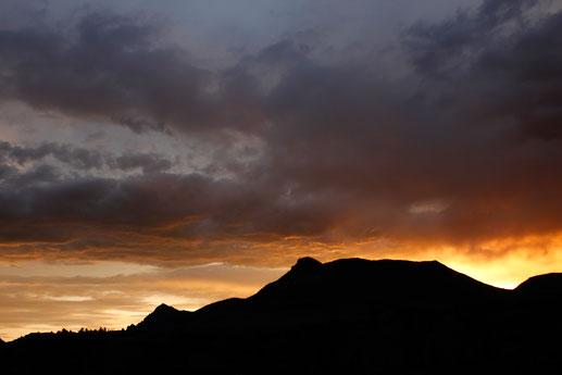 Sonnenuntergang in den Bergen, goldene Stunde