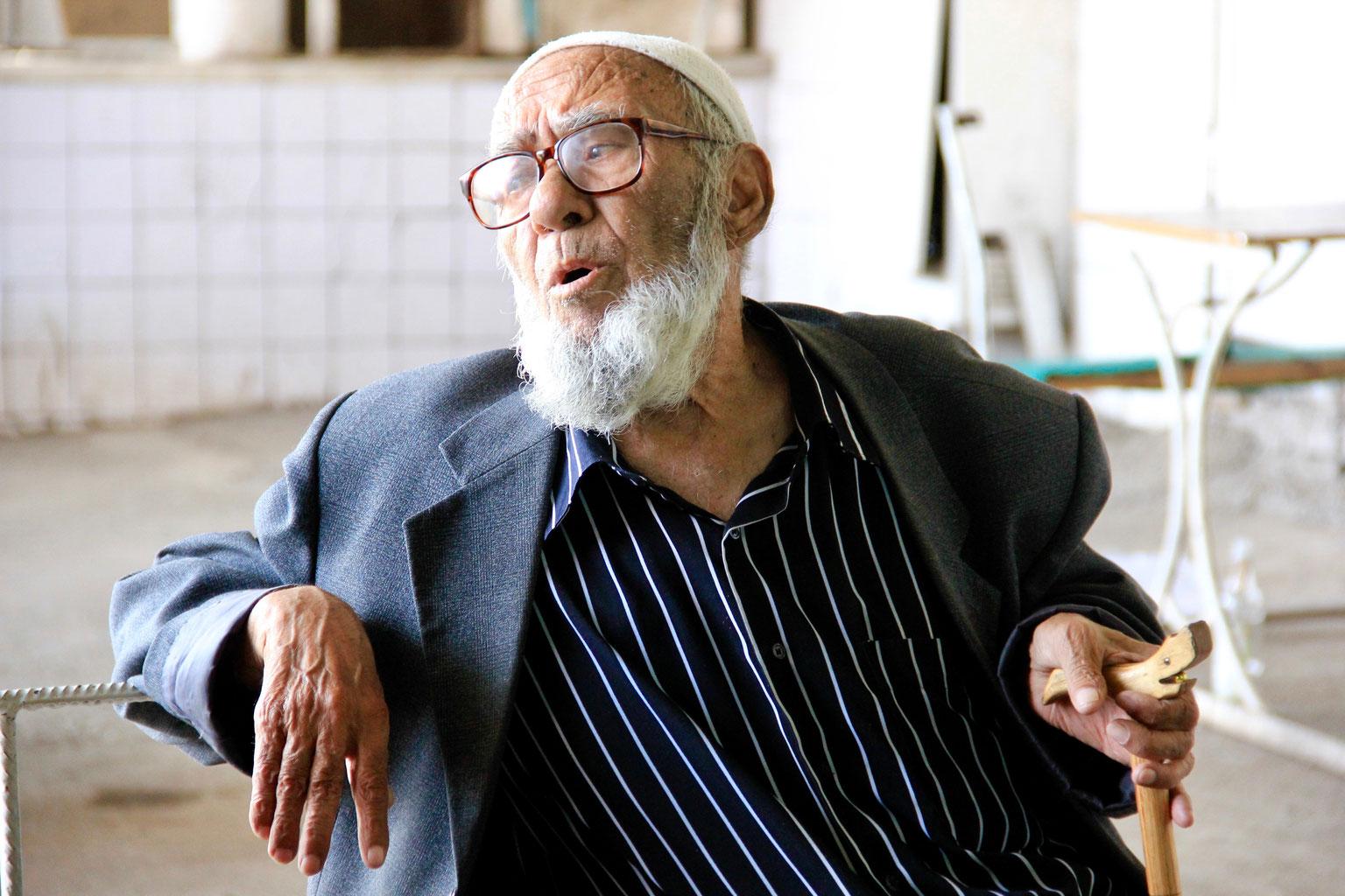 Der alte Mann der vom Leben gezeichnet ist - auf einer Bank in Osh. Das Gespräch mit ihm war ehrlich, direkt aus dem leben.