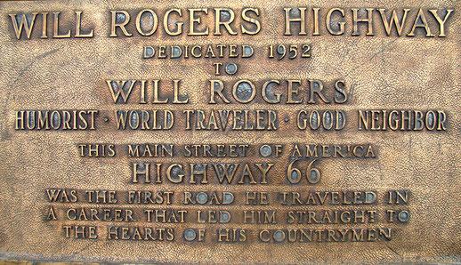 """Die Gedenktafel am westlichen Ende ist dem Schauspieler, Lassokünstler und treuen Weggefährten der """"ROUTE 66"""", WILL ROGERS gewidmet. Man nennt sie daher auch den WILL ROGERS HIGHWAY."""